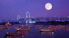 「レインボーブリッジと満月」東京, お台場 (© Hiroyuki Matsumoto/Stone/Getty Images)