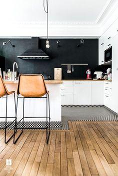 Des tabourets en cuir en déco cuisine noire et blanche