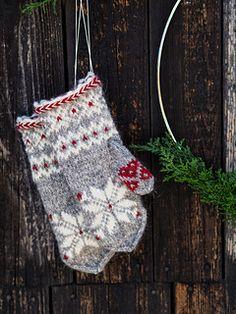 Ravelry: Julvanten pattern by Maja Karlsson Knitted Mittens Pattern, Knit Mittens, Knitted Gloves, Knitting Designs, Knitting Projects, Knitting Patterns, Fair Isle Knitting, Baby Knitting, Big Yarn