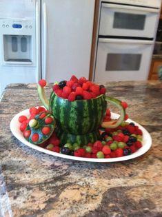 New fruit bowl decoration watermelon carving ideas Watermelon Fruit Bowls, Watermelon Basket, Watermelon Carving, Fruit Centerpieces, Fruit Decorations, Edible Arrangements, New Fruit, Fresh Fruit, Fruit Creations