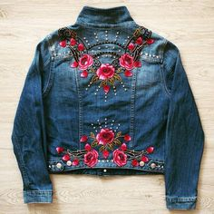 Embroidery, appliques and upcycled fashion Jeansjacken im böhmischen Stil. Denim Jacket Embroidery, Embroidered Denim Jacket, Embellished Jeans, Embroidered Clothes, Denim And Lace, Denim Kunst, Diy Jeans, Denim Fashion, Denim Jackets