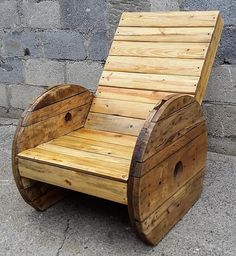 Another grand project of wood pallet recycling that will not only serve you in terms of its utility but will be providing a very classy view of the are where placed. The wood pallets are very artistically joined together to produce this marvelous pallet plus cable reel chair to serve you in decorating your room.