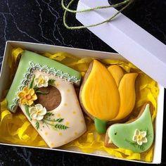 Весенний набор,размер коробки 11*18см #8марта #пряничныйнабор #имбирноепеченье #расписныепряники #ручнаяработа #пряникиминск #пряникиназаказ #солнечныйпекарь #cookieart #cookies