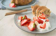 Serveersuggestie: Ontbijt Cake met Aardbeien, Griekse yoghurt