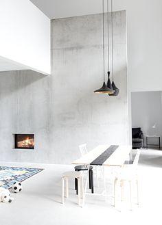 MUSTA OVI: FIRE IN THE WALL