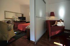 Suites La Réserve. Due ambienti comunicanti: salottino e camera da letto. Ampie e luminose vetrate panoramiche, per un comfort assoluto.    #lareservehotelterme #spa #dayspa #abruzzo #caramanicoterme #suites #hotelabruzzo #hotelrooms