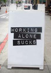 Alleine zu arbeiten ist blöd. Gehe in einen Coworking Space, um andere Leute zu treffen.