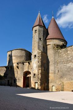 Château de Chateauneuf en Auxois Chateau Medieval, Medieval Gothic, Medieval Castle, Photo Chateau, Witches Castle, French Castles, Grand Homes, French Chateau, Ancient Architecture