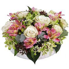 Délicat foisonnement de tendres Alstromérias et de fraîches roses blanches sur un lit d'Hortensia, Papillon séduit par son côté vaporeux.