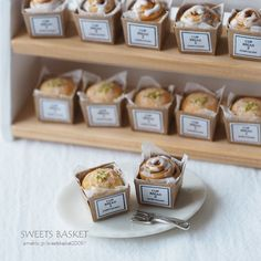 Individual rolls and cinnamon buns for your mini bakery! Miniature Crafts, Miniature Food, Miniature Dolls, Polymer Clay Miniatures, Polymer Clay Charms, Dollhouse Miniatures, Mini Patisserie, Crea Fimo, Tiny Food