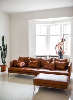 Home details - all white everything and Istra leather sofa by BoConcept Leather Sofa Decor, Cognac Leather Sofa, Leather Couches, White Leather, Sofa Design, Interior Design, Inflatable Furniture, Loft, Best Sofa