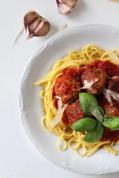 Spaghetti with meatballs in tomato sauce / Spaghetti z klopsikami w sosie pomidorowym
