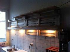 Küchenregal aus Paletten, Detail verblendete Beleuchtung ...