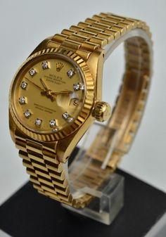 """ROLEX - Estimado relógio feminino de pulso suíço com pulseira e caixa em ouro 18k, mostrador cravejado com 10 brilhantes e vidro em safira, com calendário e catraca fixa. """"Oyster Perpetual Datejust - Superlative Chronometer - Offiicialy Certified"""". Fecho apresentando punção do ourives, marcada do fabricante em baixo relevo (Rolex), nº 8570, GENEVE Swiss Made, Rolex SA., 750, 18k. Tampa apresentando inscrição """"Registred Design""""."""