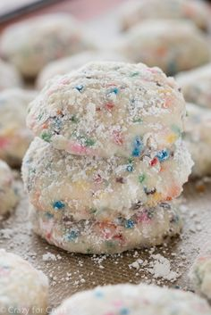 Funfetti Cake Batter Wedding Cookies: This cookie has a major identity crisis. Is it an Italian or Mexican Wedding Cookie? Is it a Russian Tea Cake? A snowball? Is it cake batter? Is it funfetti? Funfetti Kuchen, Funfetti Cake, Cake Batter Cookies, Cupcake Cookies, Owl Cookies, Cupcakes, Super Cookies, Baking Cookies, Cake Mix Recipes