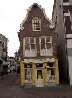 Leaning, Utrecht, Netherlands Copyright: Luca Olivetta