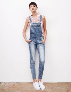 Salopette jean ultra bleach - http://www.jennyfer.com/fr-fr/collection/jeans/salopette-jean-ultra-bleach-10006030013.html