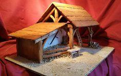 Crèche de Noël « Gabrielle » en Hêtre travaillé teinté, fond intérieur et côté peints en blanc, faisant joliment ressortir les détails. Base recouverte de poudre naturelle et de foin. Elle vous parviendra avec tous ses accessoires : le banc, léchelle, le râtelier (garni) la