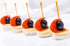 20 простых рецептов канапе на шпажках – В РИТМІ ЖИТТЯ Fingerfood Party, Appetizers For Party, Appetizer Recipes, Comida Baby Shower, Tapas, Party Food Platters, Gourmet Breakfast, Food Garnishes, Catering Food
