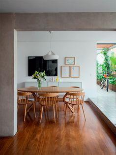 Cadeiras J104, do designer Joergen Baekmark (Danish Design), acompanham a mesa de freijó lavado (Etel). Bufê do Estudiobola. Na parede, foto de João Castilho, e gravuras de Marepe e Nicolas Paris (Galeria Luisa Strina). Projeto SAO Arquitetura