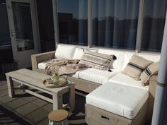 Laat de zomer maar beginnen, onze loungesets zijn er klaar voor. Ook voor op het balkon vindt u alles op www.steigerwood.com