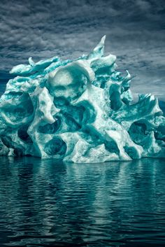 Photographer Captures Greenland's Icebergs In Breathtaking Photos - DesignTAXI.com