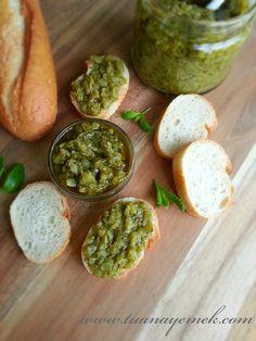 Malzemeler:  - 500 gr hafif acılı yeşil biber  - 4-5 diş sarımsak  - 1 çay bardağı zeytin yağı  - Tuz   Hazırlanışı:  - Biberleri g...