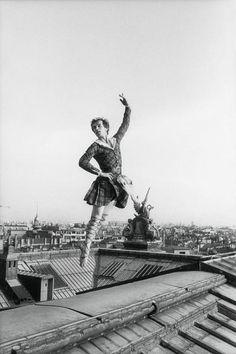 - Gilles Virgili (1947-2008) - Rudolf Noureev danse en costume sur le toit…