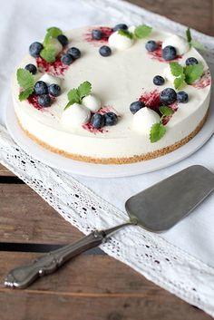 Itsenäisyyspäivän kunniaksi katetaan pöytään sinivalkoinen kakku. Kakku saa kivan makuvivahteen turkkilaisesta jogurtista, joten kakk... Cake Toppers, Cheesecake, Desserts, Ideas, Food, Tailgate Desserts, Deserts, Cheesecakes, Essen