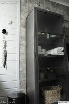 badrumsskåp,plåtskåp,manzana,industristil,industriellt badrum,inredningsdetaljer,snäckor,grått,vitt
