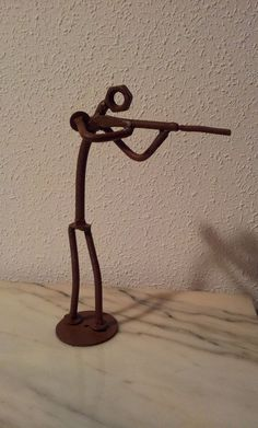 Figura de Cazador Hecha con tornillos y tuercas