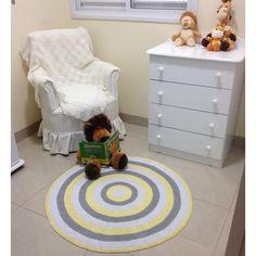 Lindo tapete de croche, nas cores branco, cinza e amarelo bebe. Estas cores o deixaram suave , porem alegre. Este tapete é feito todo em ponto meio alto, o que deixa bem aconchegante, e firme no chão. Confeccionado com muito carinho e capricho e material de qualidade. Mede 1, metro de diâmetro.