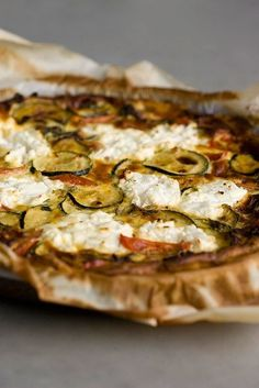 Quiche with zucchini, tomato en goat cheese Quiche Recipes, Veggie Recipes, Vegetarian Recipes, Healthy Recipes, Oven Dishes, Dinner Dishes, Feel Good Food, Love Food, Easy Diner