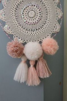 Perles, sequins et pompons à gogo! A retrouver en boutique par là Diy Arts And Crafts, Cute Crafts, Handmade Crafts, Kids Crafts, Doily Dream Catchers, Beautiful Dream Catchers, Dreamcatcher Crochet, Dreams Catcher, Ideas Hogar
