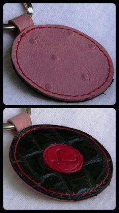 En cuir de vachette, mesure environ 5 cm de diamètre sans l'anneau.   Les 23 sont disponible à l'atelier ou sur la boutique en ligne de Prix: 4,00 € pièce