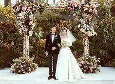 ♡Song Song Wedding♡Finally Song Joong Ki And Song Hye Kyo Release Gorgeous Wedding Photos. Song Hye Kyo and Song Joong Ki have shared some absolutely stunnin. Wedding Songs, Wedding Couples, Wedding Bells, Wedding Day, Song Joong Ki, Expensive Wedding Dress, Wedding Dresses, Women's Dresses, Cha Tae Hyun