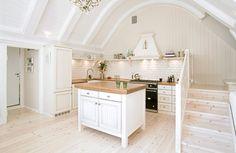 YDMYK INNREDNING: Kjøkkenet er uten overskap, noe som gjør at arkitekturen i rommet kommer til sin rett.  FOTO: Anja Basma