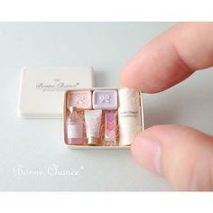 * . 蓋を開けるとこんな感じです ナチュラルな感じに、なってますかね . こちらの石鹸のセットはイベントでの販売作品になります✨ . イベントの詳細はまた報告させて頂きます☺️ . * #ミニチュア#ドールハウス#石鹸 #お風呂#タオル#ソープ #洗面所#洗面台#ハート #miniature#dollhouse#soap#savon #washroom#bathroom#gift#giftset #towel#sink#photoshoot#mirror #perfume