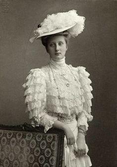 SM a Rainha D. Augusta Victoria de Hohenzollern nasceu a 19 de Agosto de 1890, em Potsdam e morreu, a 29 de Agosto de 1966, em Eigeltingen, Baden-Württemberg, na Alemanha.Era uma princesa alemã tornou-se Rainha por casamento com SMF o Rei D. Manuel II de Portugal. Editorial: Real Lidador Portugal Autor: Rui Miguel