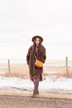 My first TREND GUIDE of Spring 2019 is a free-spirited, transitional take on faux fur, florals, western boots, flat-brimmed hats and Pantone colour trends. Spring Weather, Spring Summer, Brown Faux Fur Coat, Flat Brim Hat, Girl Standing, Wide-brim Hat, Bohemian Look, Brunette Girl, Brown Floral