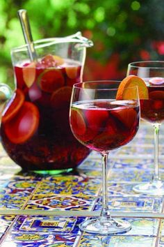 Sangria spagnola, ricetta originale. http://winedharma.com/it/dharmag/giugno-2014/come-preparare-la-sangria-spagnola-definitiva