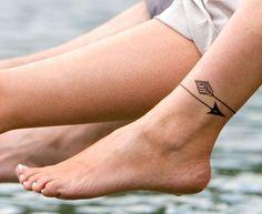 Envie de craquer pour un joli petit mini tattoo sur les pieds ? Focus : flèche