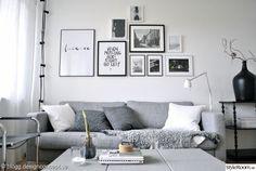 svart och vitt,tavelvägg,ljusslinga,tavlor,grå soffa