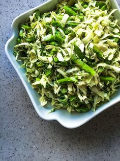 Green Salad with Asparagus & Peas rForårssalat med asparges, spidskål og ærter Easy Salad Recipes, Easy Salads, Vegan Recipes, Food N, Food And Drink, Crab Stuffed Avocado, Light Summer Dinners, Cottage Cheese Salad, Raw Broccoli