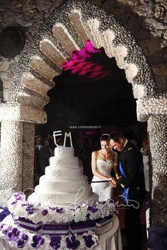 Matrimonio in costiera. Emozionante taglio della torta nuziale con la sciabola.   Cira Lombardo Wedding Planner