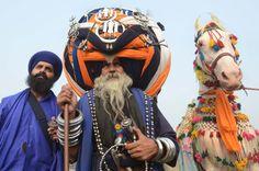 """Kugelkämpfer  (31.10.2016)     Baba Avtar Singh hat schwer zu tragen. Der traditionelle Sikh-Kämpfer hat einen 650 Meter langen Turban um seinen Kopf gebunden. Anlass sind die """"Fateh Divas""""-Feierlichkeiten im indischen Amritsar zu Ehren von Guru Hargobind.        Sehen Sie alle Augenblicke auf unserer Themenseite."""