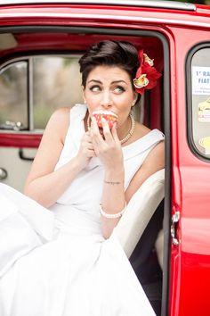 50s bride in a fiat 500 http://weddingwonderland.it/2016/06/matrimonio-rockabilly-anni-50.html