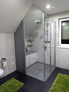 bodenebene Dusche mit einseitig wegfaltbarer Duschkabine, Designklickboden, wenig Fugen