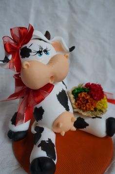 enfeite de biscuit                                                                                                                                                                                 Más Clay Projects, Clay Crafts, Projects To Try, Clay Animals, Farm Animals, Cow Craft, Cow Kitchen, Polymer Project, Clay Jar