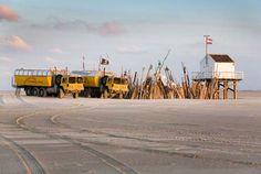 De wagens van de Vliehors Expres bij het reddinghuisje op de Vliehors (Vlieland).